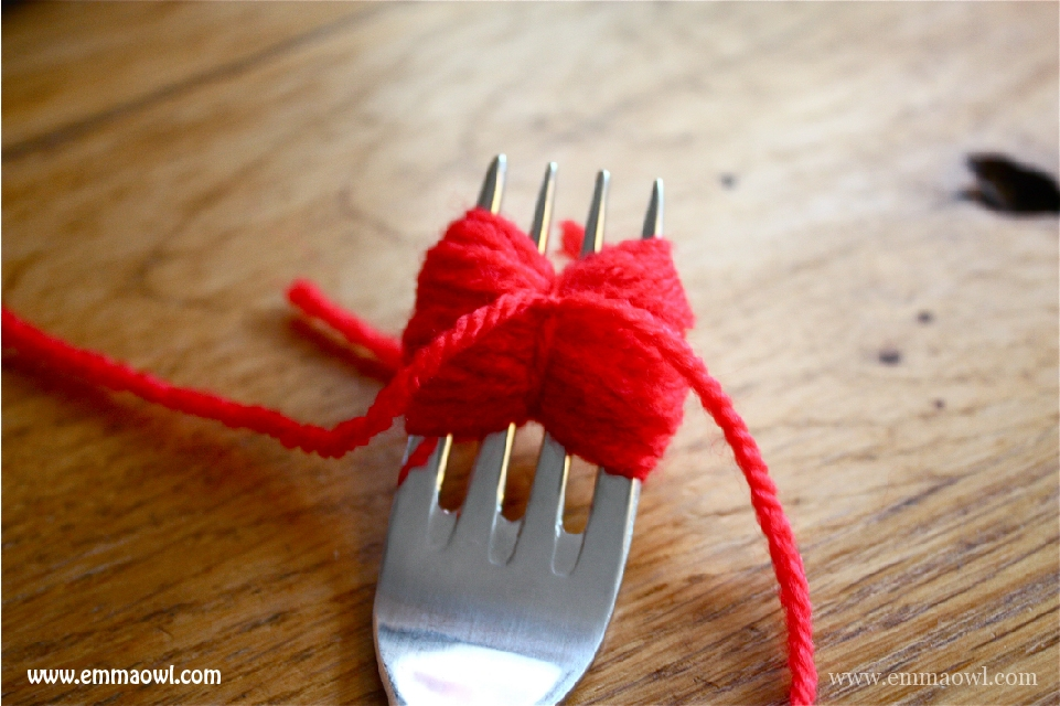 how to make wool pom poms with a fork