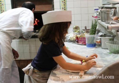 Make your own Pizza. The perfect Lunch Time activity to do together with Children.